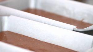 Đam Mê Ẩm Thực Chia-đều-hỗn-hợp-ở-bước-3-vào-2-khuôn-23x13cm-đã-lót-giấy-nến3-300x169