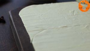 Đam Mê Ẩm Thực Chia-bột-bánh-nhiều-lớp-làm-2-và-cắt-các-góc-thành-2-mảng.2