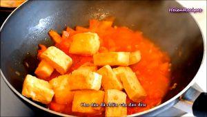 Đam Mê Ẩm Thực Cho-đậu-đã-rán-vào-chảo-và-đảo-đều-cùng-với-sốt-cà-chua