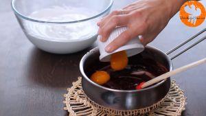 Đam Mê Ẩm Thực Cho-2-lòng-đỏ-trứng-vào-nồi-hỗn-hợp-Chocolate-ở-bước-2-và-trộn-đều