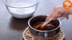 Đam Mê Ẩm Thực Cho-2-lòng-đỏ-trứng-vào-nồi-hỗn-hợp-Chocolate-ở-bước-2-và-trộn-đều2