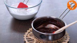 Đam Mê Ẩm Thực Cho-2-lòng-đỏ-trứng-vào-nồi-hỗn-hợp-Chocolate-ở-bước-2-và-trộn-đều3