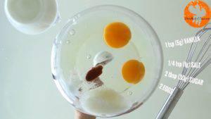Đam Mê Ẩm Thực Cho-2-quả-trứng-đường-muối-chiết-suất-vani-vào-bát-và-đánh-đều-3-300x169