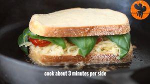 Đam Mê Ẩm Thực Cho-bánh-vào-chảo-đặt-mặt-phết-bơ-vào-chảo.-Rán-với-lửa-vừa-cho-3-phút-mỗi-mặt-bánh-cho-đến-khi-mặt-bánh-có-màu-vàng-nâu3