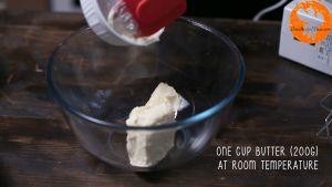 Đam Mê Ẩm Thực Cho-bơ-lạt-1-cup-200g-đường-kính-vào-bát-và-đánh-tơi-cho-đến-khi-quyện-đều