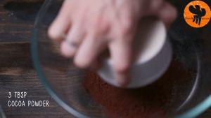 Đam Mê Ẩm Thực Cho-bột-cacao-1-tbsp-15g-đường-14-cup-50ml-sữa-tươi-không-đường-vào-bát-và-đánh-cho-đến-khi-quyện-đều