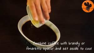 Đam Mê Ẩm Thực Cho-cà-phê-vào-bát-nước-nóng-và-khuấy-hòa-tan2