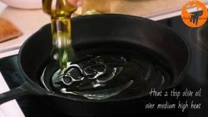 Đam Mê Ẩm Thực Cho-dầu-Ôliu-vào-chảo-và-đun-với-lửa-vừa