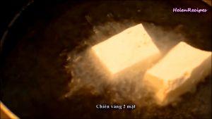 Đam Mê Ẩm Thực Cho-dầu-ăn-vào-chảo-và-để-dầu-nóng-già-cho-đậu-đã-cắt-vào-chảo-và-chiên-vàng-2-mặt2
