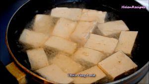 Đam Mê Ẩm Thực Cho-dầu-ăn-vào-chảo-và-để-dầu-nóng-già-cho-đậu-đã-cắt-vào-chảo-và-chiên-vàng-2-mặt3