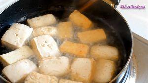 Đam Mê Ẩm Thực Cho-dầu-ăn-vào-chảo-và-để-dầu-nóng-già-cho-đậu-đã-cắt-vào-chảo-và-chiên-vàng-2-mặt4