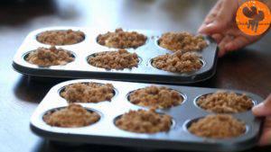 Đam Mê Ẩm Thực Cho-hỗn-hợp-bột-ở-bước-4-vào-khuôn-đã-lót-giấy-muffin.-Sau-đó-rắc-đều-hỗn-hợp-đường-nâu-ở-bước-2-3-300x169