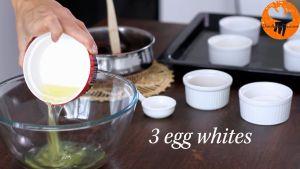 Đam Mê Ẩm Thực Cho-lòng-trắng-trứng-muối-vào-bát-và-đánh-bông-cho-đến-khi-có-dạng-kem
