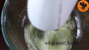 Đam Mê Ẩm Thực Cho-lòng-trắng-trứng-muối-vào-bát-và-đánh-bông-cho-đến-khi-có-dạng-kem3