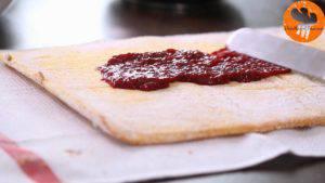 Đam Mê Ẩm Thực Cho-mứt-dâu-tây-lên-mặt-bánh-gato-và-trải-đều3-300x169