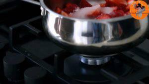 Đam Mê Ẩm Thực Cho-quả-dâu-tây-đã-loại-bỏ-cuống-và-cắt-nhỏ-đường-vào-nồi.-Đun-với-lửa-vừa-khuấy-đều-và-ép-trong-15-20-phút-cho-đến-khi-nhuyễn4-300x169