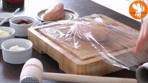 Đam Mê Ẩm Thực Giã-2-miếng-ức-gà-qua-màng-bọc-thực-phẩm-cho-đến-khi-mỏng-1cm2