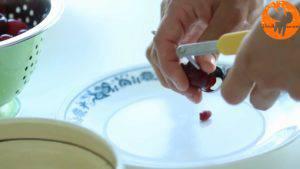 Đam Mê Ẩm Thực Loại-bỏ-hạt-quả-Cherry.-Sau-đó-cho-quả-Cherry-đã-loại-bỏ-hạt-vào-nồi-1-300x169