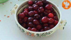 Đam Mê Ẩm Thực Loại-bỏ-hạt-quả-Cherry.-Sau-đó-cho-quả-Cherry-đã-loại-bỏ-hạt-vào-nồi-2-300x169