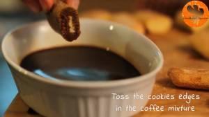 Đam Mê Ẩm Thực Nhúng-bánh-sampa-vào-hỗn-hợp-cà-phê-và-xếp-đều-8-miếng-vào-khuôn2