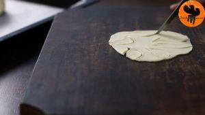 Đam Mê Ẩm Thực Phết-trứng-và-xếp-bột-bánh-cắt-trang-trí-hình-lá-lên-trên-bánh1