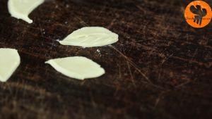 Đam Mê Ẩm Thực Phết-trứng-và-xếp-bột-bánh-cắt-trang-trí-hình-lá-lên-trên-bánh2
