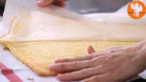 Đam Mê Ẩm Thực Sau-đó-cho-bánh-vào-khăn-đã-rắc-đường-bột-và-bỏ-lớp-giấy-nến-300x169