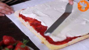 Đam Mê Ẩm Thực Sau-đó-cho-hỗn-hợp-kem-Cheese-và-Whipping-ở-bước-3-lên-trên-lớp-mứt-dâu-tây-và-trải-đều.-Cuộn-đều-bánh2-300x169