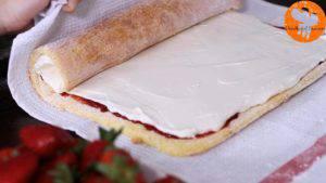 Đam Mê Ẩm Thực Sau-đó-cho-hỗn-hợp-kem-Cheese-và-Whipping-ở-bước-3-lên-trên-lớp-mứt-dâu-tây-và-trải-đều.-Cuộn-đều-bánh3-300x169