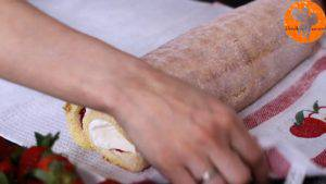 Đam Mê Ẩm Thực Sau-đó-cho-hỗn-hợp-kem-Cheese-và-Whipping-ở-bước-3-lên-trên-lớp-mứt-dâu-tây-và-trải-đều.-Cuộn-đều-bánh5-1-300x169