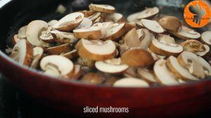 Đam Mê Ẩm Thực Sau-đó-cho-nấm-mỡ-thái-lát-vào-chảo-và-khuấy-đều-đến-khi-nấm-chín-và-có-màu-nâu