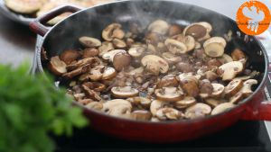 Đam Mê Ẩm Thực Sau-đó-cho-nấm-mỡ-thái-lát-vào-chảo-và-khuấy-đều-đến-khi-nấm-chín-và-có-màu-nâu2