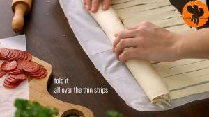 Đam Mê Ẩm Thực Sau-đó-cuộn-miếng-bột-ngàn-lớp-và-xếp-thành-vòng-vào-khay-đã-lót-giấy-nến2