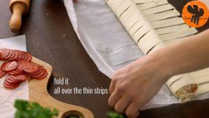 Đam Mê Ẩm Thực Sau-đó-cuộn-miếng-bột-ngàn-lớp-và-xếp-thành-vòng-vào-khay-đã-lót-giấy-nến3