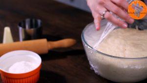 Đam Mê Ẩm Thực Sau-1-tiếng-ủ-bột-cho-bột-lên-bột-mì-đa-dụng-đã-rắc-sẵn-và-lăn-bột-cho-đến-khi-bột-có-độ-dày-12-inch-1cm