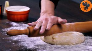 Đam Mê Ẩm Thực Sau-1-tiếng-ủ-bột-cho-bột-lên-bột-mì-đa-dụng-đã-rắc-sẵn-và-lăn-bột-cho-đến-khi-bột-có-độ-dày-12-inch-1cm4