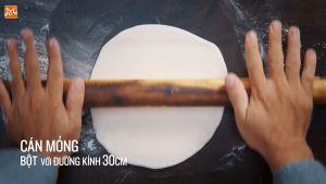 Đam Mê Ẩm Thực Sau-15-phút-cán-mỏng-bột-từng-viên-với-đường-kính-30cm.-Phun-nước-lên-bề-mặt-bột-và-cuốn-viền-bánh-với-phô-mai2