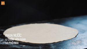 Đam Mê Ẩm Thực Sau-15-phút-cán-mỏng-bột-từng-viên-với-đường-kính-30cm.-Phun-nước-lên-bề-mặt-bột-và-cuốn-viền-bánh-với-phô-mai3