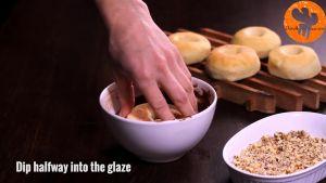 Đam Mê Ẩm Thực Sau-khi-bánh-đã-nguội-nhúng-mặt-bánh-vào-hỗn-hợp-mứt-Chocolate-hạt-rẻ