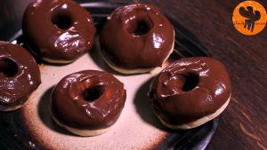 Đam Mê Ẩm Thực Sau-khi-bánh-đã-nguội-nhúng-mặt-bánh-vào-hỗn-hợp-mứt-Chocolate-hạt-rẻ3