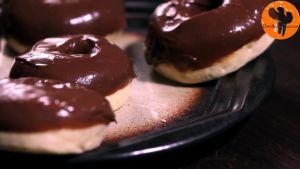 Đam Mê Ẩm Thực Sau-khi-bánh-đã-nguội-nhúng-mặt-bánh-vào-hỗn-hợp-mứt-Chocolate-hạt-rẻ4