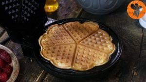 Đam Mê Ẩm Thực Sau-khi-bánh-chín-có-màu-vàng-nâu-cho-bánh-ra-đĩa-và-cứ-làm-như-thế-cho-đến-khi-hết-bột-300x169