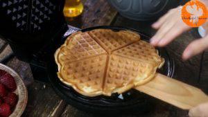 Đam Mê Ẩm Thực Sau-khi-bánh-chín-có-màu-vàng-nâu-cho-bánh-ra-đĩa-và-cứ-làm-như-thế-cho-đến-khi-hết-bột1-300x169