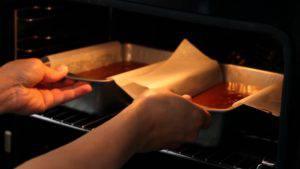 Đam Mê Ẩm Thực Sau-khi-nướng-xong-cho-khuôn-ra-rây-và-tách-bánh-khỏi-khuôn-300x169