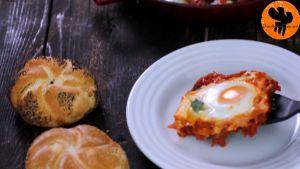 Đam Mê Ẩm Thực Sau-khi-trứng-chín-thêm-rau-và-cho-trứng-sốt-cà-chua-ra-đĩa-3