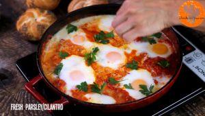 Đam Mê Ẩm Thực Sau-khi-trứng-chín-thêm-rau-và-cho-trứng-sốt-cà-chua-ra-đĩa