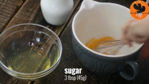 Đam Mê Ẩm Thực Tách-2-lòng-đỏ-trứng-vào-bát-đường-và-khuấy-đều1-2-300x169