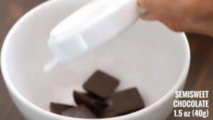 Đam Mê Ẩm Thực Tắt-bếp-cho-1-cup-220g-hỗn-hợp-vừa-đun-vào-bát-Chocolate-và-khuấy-đều-cho-đến-khi-Chocolate-tan-để-riêng-dùng-để-phủ-Chocolate-khi-hoàn-thành.-Sau-đó-để-nguội2-300x169