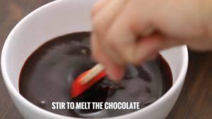 Đam Mê Ẩm Thực Tắt-bếp-cho-1-cup-220g-hỗn-hợp-vừa-đun-vào-bát-Chocolate-và-khuấy-đều-cho-đến-khi-Chocolate-tan-để-riêng-dùng-để-phủ-Chocolate-khi-hoàn-thành.-Sau-đó-để-nguội5-300x169