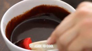 Đam Mê Ẩm Thực Tắt-bếp-cho-1-cup-220g-hỗn-hợp-vừa-đun-vào-bát-Chocolate-và-khuấy-đều-cho-đến-khi-Chocolate-tan-để-riêng-dùng-để-phủ-Chocolate-khi-hoàn-thành.-Sau-đó-để-nguội6-300x169